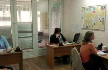 Риелторы оказывают свои услуги, сидя в офисе.