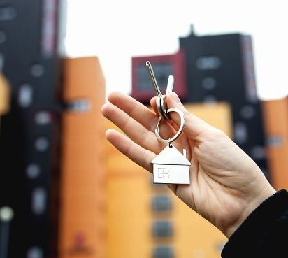 Можно ли подарить свою ипотечную квартиру родственнику или другу?