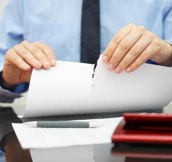 Арендатор расторгает договор аренды помещения в одностороннем порядке.