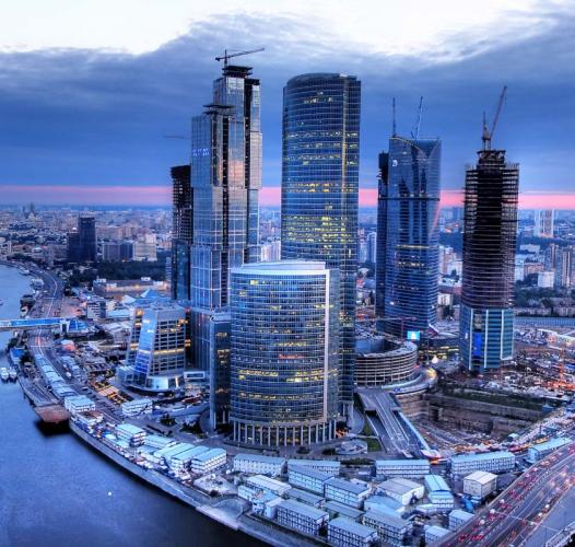 Почему падают цены на офисные центры , построенные в Москве?