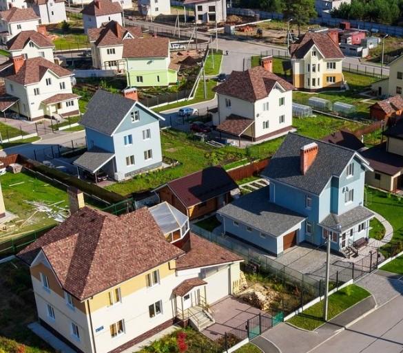 Вид на загородные дома.